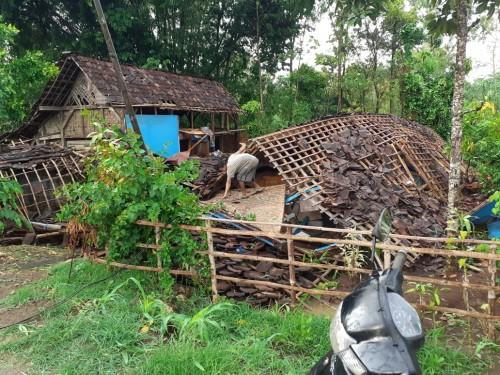 Puting Beliung Rusak 3 Rumah di Kecamatan Bakung