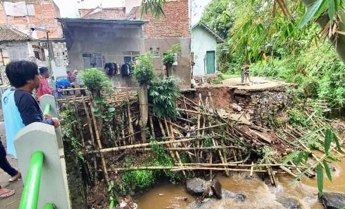 Bencana tanah longsor akibat hujan cukup lama di Jalan Kelud, Kelurahan Sisir, Kecamatan Batu, beberapa saat lalu.