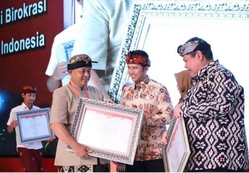 Bupati Malang Sanusi saat menerima penghargaan SAKIP 2019 dengan nilai BB. (Foto: Humas Pemkab Malang)