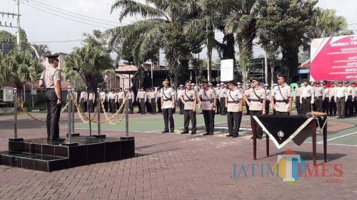 Kapolres Batu AKBP Harviadhi Agung Prathama saat memimpin sertijab kepada 6 personel di di halaman Polres Batu, Selasa (28/1/2020). (Foto: Irsya Richa/MalangTIMES)