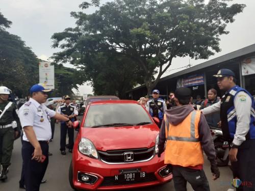 Penertiban kendaraan parkir liar oleh petugas Dishub Kota Malang (Arifina Cahyanti Firdausi/MalangTIMES)