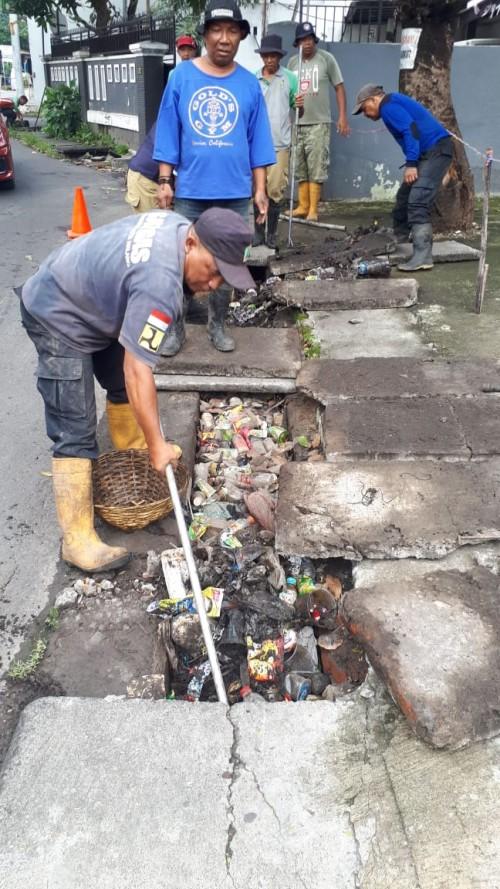 Satgas Drainase DPUPRPKP tampak membersihkan saluran drainase yang penuh  sampah. (ist)
