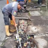 Miris Lihat Drainase Penuh Sampah, Satgas DPUPRPKP Ajak Masyarakat Lebih Peduli Lingkungan
