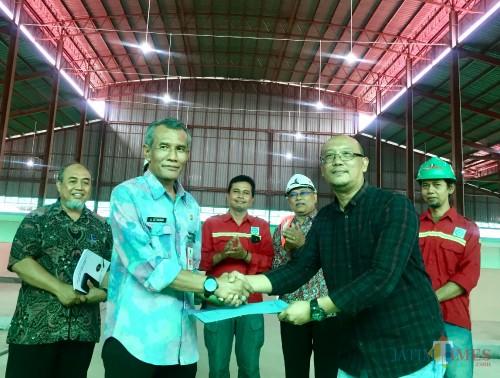 Kepala DPKPP Kota Batu, Arief Setyawan menerima serah terima pekerjaan dari Direktur PT Bintang Wahana Tata Wahyu Prasetyawan di Pasar Sayur Kota Batu, Selasa (28/1/2020). (Foto: Irsya Richa/MalangTIMES)