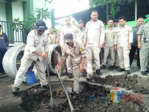Petugas saat membuat sumur injeksi di kawasan perkantoran Dinas Pekerjaan Umum, Penataan Ruang, Perumahan dan Kawasan Permukiman (DPUPRKP) Kota Malang. (Muslimin/MalangTIMES)
