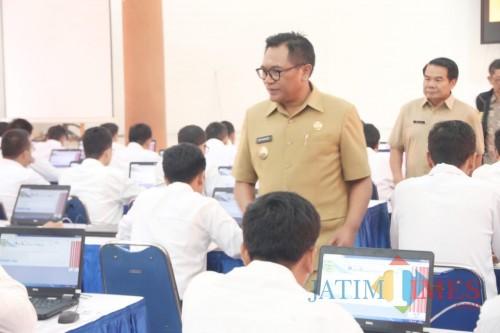 Wakil Wali Kota Malang Sofyan Edi Jarwoko (kenakan baju keki dan kacamata) saat meninjau pelaksanaan tes CPNS di Kota Malang. (Humas Pemkot Malang for MalangTIMES).