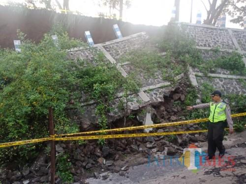 Diguyur Hujan, Akses Jalan Kabupaten Menuju Kota Malang Terhambat Material Longsor