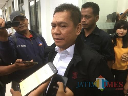 Wakil Ketua Komisi III DPR RI, Adies Kadir (jaket hitam kemeja putih) saat menyampaikan kritisannya terhadap tuntutan jaksa kepada terpidana pembunuh begal (Foto : Ashaq Lupito / MalangTIMES)