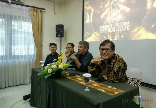 Direktur UBTV Dr Riyanto MHum (pegang mic) saat menjelaskan Brawijaya Television Awards 2020. (Foto: Ima/MalangTIMES)