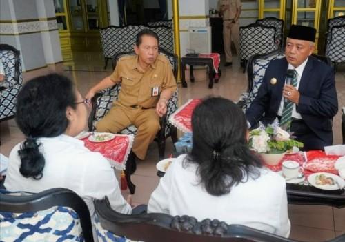 Bupati Malang Sanusi (kanan depan) bersama Sekda Didik Budi Muljono saat menerima tim BPK Perwakilan Jatim untuk audit LKPD 2019.(Humas for MalangTimes)