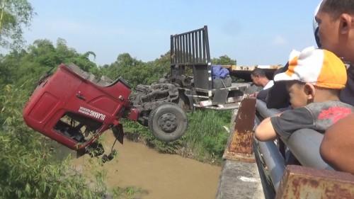Kondisi truk trailer nyaris tercebur ke Kali Gunting pasca mengalami laka tunggal di jalan raya Bay Pass Mojoagung, Jombang. (Istimewa)