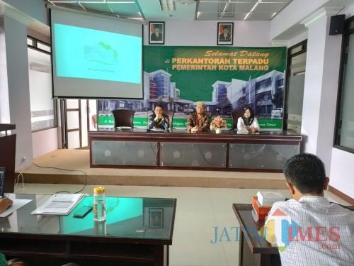 Kepala Disnaker-PMPTSP Kota Malang Erik Setyo Santoso (tengah) saat memberikan paparan. (Hendra Saputra)