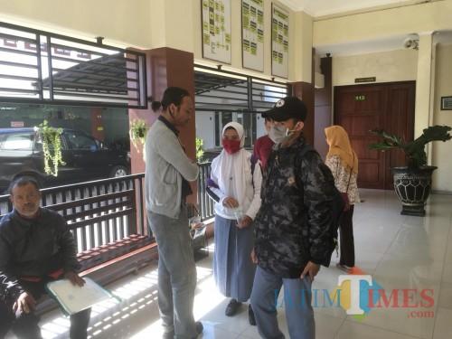 VN teman wanita pelaku pembunuh begal (kerudung putih masker merah) sesaat sebelum dimintai kesaksiannya dalam proses peradilan di PN Kepanjen (Foto : Ashaq Lupito / MalangTIMES)
