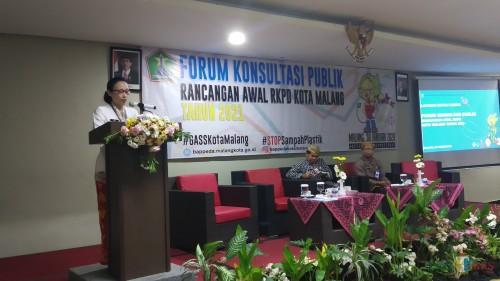 Kepala Badan Perencanaan Pembangunan Daerah (Bappeda) Kota Malang Dwi Rahayu saat membuka acara Forum Konsultasi Publik Rancangan Awal RKPD. (Pipit Anggraeni/MalangTIMES).