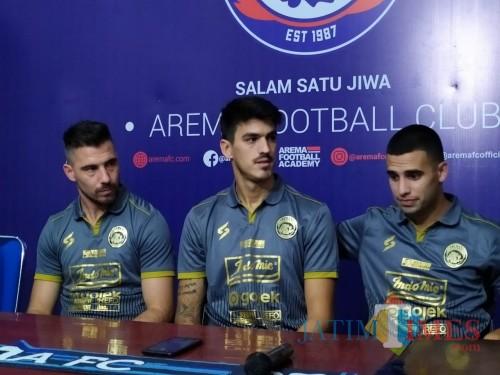 Dari kiri: Jonathan Bauman, Matias Malvino dan Elias Alderete saat dikenalkan sebagai pemain Arema FC (Hendra Saputra/ MalangTIMES)