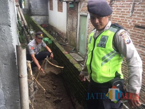 Polsek Binangun melakukan olah tkp di lokasi ditemukanya bayi yang terkubur.(Foto : Team BlitarTIMES)