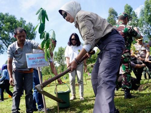 Wali Kota Batu saat menanam pohon di di kawasan Peternakan Kuda Megastar, Desa Oro-Oro Ombo, Kecamatan Batu, Jumat (31/1/2020)