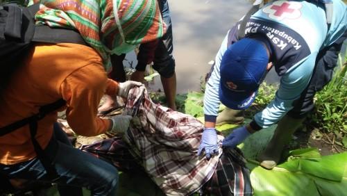 Foto olah TKP dan evakuasi jenazah wanita lansia di tepian Sungai Brantas. (Foto: Istimewa)