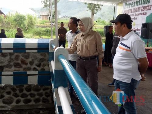 Wali Kota Batu Dewanti Rumpoko saat meninjau jembatan diDesa Sumberejo, Kecamatan Batu, Jumat (31/1/2020). (Foto: Irsya Richa/MalangTIMES)