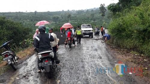Petugas gabungan beserta warga saat berupaya melakukan assesment paska banjir bandang melanda. (Foto: Polsek Dau for MalangTIMES)