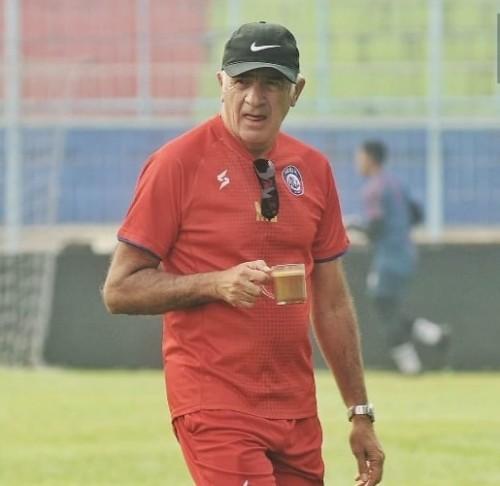 Mario Gomez saat membawa Cappucino dalam latihan (official Arema FC)