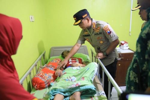 Kapolresta Malang Kota Kombespol Leonardus Simarmata, saat menjenguk korban di rumah sakit. (ist)
