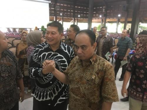 Wamen Desa PDTT Budi Arie Setiadi (berjabat tangan sebelah kanan) saat berfoto bersama Ketua DPRD Kabupaten Malang, Didik Gatot Subroto (Foto : Ashaq Lupito / MalangTIMES)