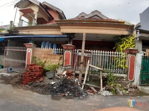 Suasana rumah yang diinformasikan jadi kantor CV Wahyu Sarana, pemenang lelang pembangunan jembatan ambruk di Kecamatan Dau (Arifina Cahyanti Firdausi/MalangTIMES)