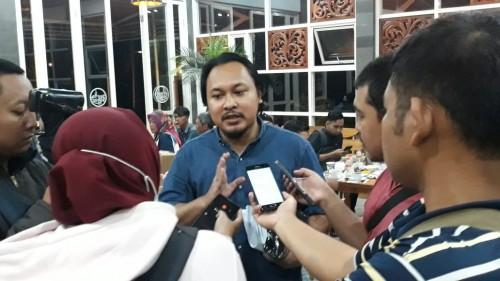 Dito Arief Peneliti LSI Denny JA saat di wawancarai wartawan seusai acara diskusi publik tentang Pilkada Kabupaten Malang 2020. Foto : Tubagus Achmad