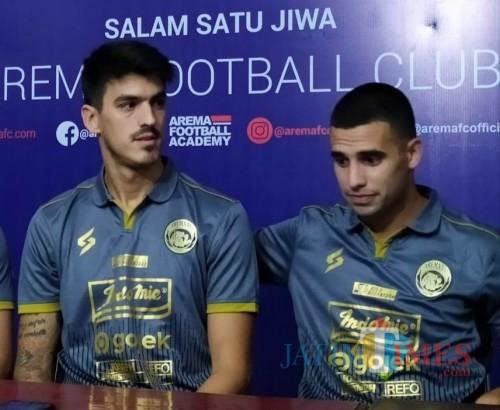 Matias Malvino (kiri) dan Elias Alderete saat dikenalkan sebagai pemain Arema FC (Hendra Saputra)