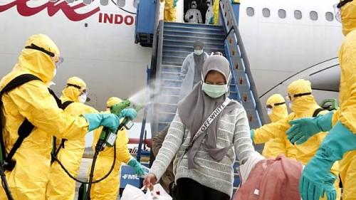 WNI dari Wuhan yang baru saja tiba di Bandara Hang Nadim Batam, turun pesawat langsung menjalani penyemprotan disinfektan anti virus (Dok Kemenlu)