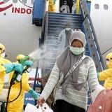 Sterilisasi, WNI dari Wuhan Turun Pesawat Langsung Disemprot Disinfektan Anti Virus