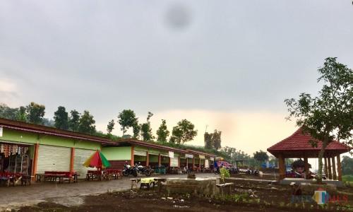 Kios-kios yang berjejer di Rest Area Jalibar, Kecamatan Batu. (Foto: Irsya Richa/MalangTIMES)
