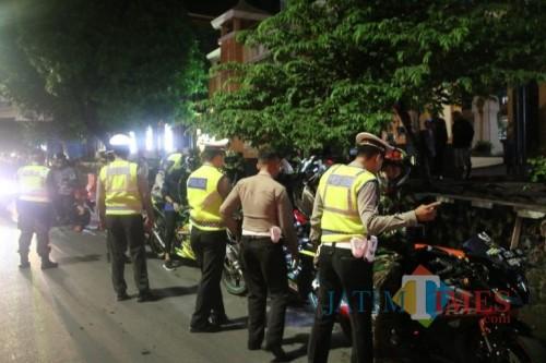 Petugas yang melakukan razia di Jalan Jaksa Agung Suprapto. (Istimewa)