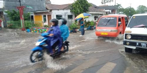 Air meluap di Jalan Semeru, Kelurahan Sisir, Kecamatan Batu, Senin (3/2/2020). (Foto: istimewa)
