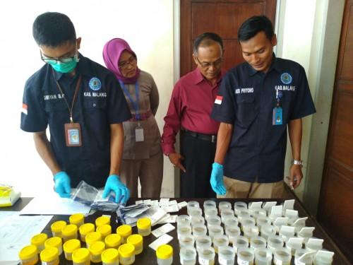 Petugas Badan Narkotika Nasional (BNN) Kabupaten Malang Sedang Mengumpulkan Sampel Urine dari Seluruh pegawai PT. Avia Citra Dirgantara District Malang
