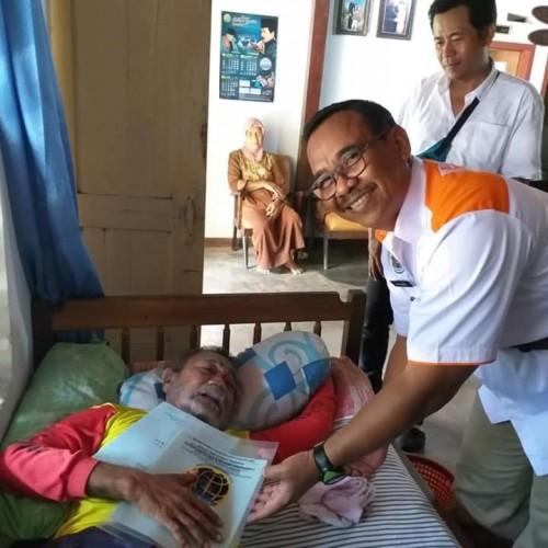 Ka BPN Tulungagung, Eko Jauhari saat meberikan sertifikat PTSL pada pemohon lansia dan sakit. (Ist)