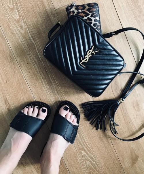 Tampilan sandal Maseur yang kini digemari fashionista. (Foto: instagram @maddiesteendam)