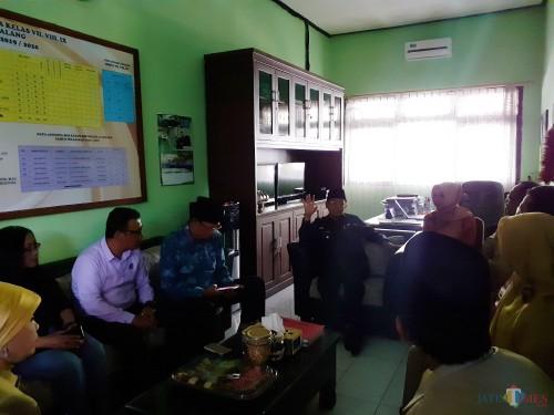 Wali Kota Malang Sutiaji (baju hitam) saat meninjau SMPN 16 untuk mengklarifikasi dugaan penganiaayaan terhadap siswa berinisial MS. (Arifina Cahyanti Firdausi/MalangTIMES)