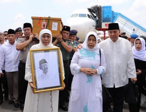 Gubernur Jatim Khofifah saat menyambut kedatangan jenazah Gus Sholah