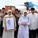 Gubernur Khofifah Bersama Forkopimda Jatim Sambut Kedatangan Jenazah Gus Sholah