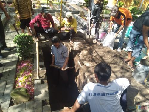 Sejumlah petugas penggali makam terlihat menyiapkan liang kubur yang akan digunakan untuk pemakaman Gus Sholah di kompleks makam keluarga PP Tebuireng Jombang. (Foto: Adi Rosul / JombangTIMES)