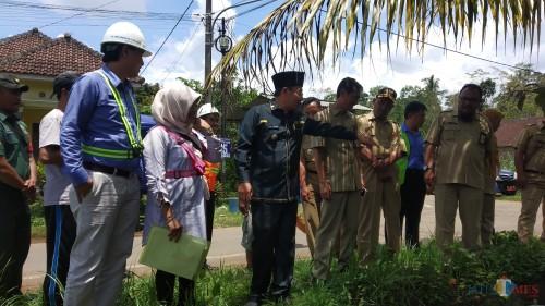 Wali Kota Malang Sutiaji (tengah kenakan seragam hitam) saat mengunjungi warga terdampak krisis air (Pipit Anggraeni/MalangTIMES).