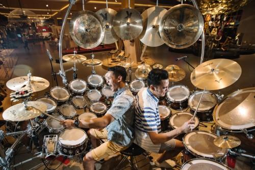 Pengunjung saat bermain drum di Museum Musik Dunia, Jawa Timur Park 3. (Foto: istimewa)