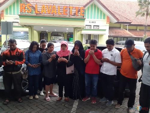 Suasana doa bersama di halaman RS Lavalette Kota Malang untuk kesembuhan korban dugaan kasus bullying siswa SMPN 16 Kota Malang (Arifina Cahyanti Firdausi/MalangTIMES)