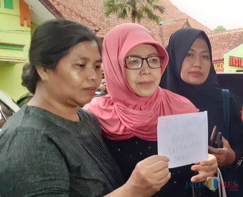 Ketua WCC Dian Mutiara Kota Malang, Sri Wahyuningsih (tengah) saat memberikan keterangan kepada awak media (Arifina Cahyanti Firdausi/MalangTIMES)