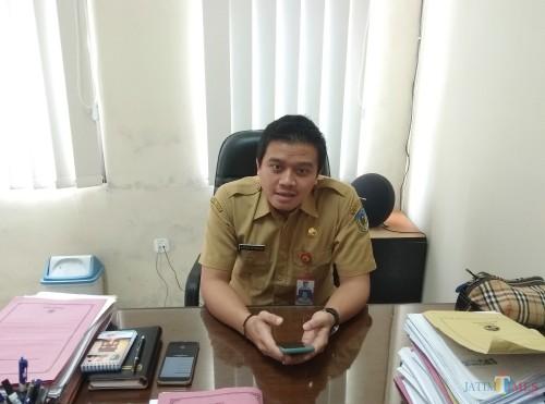 Kepala Dinas Kominfo Kabupaten Kediri Krisna Setiawan saat memberikan keterangan di ruang kerjanya (Eko Arif S/ JatimTIMES)