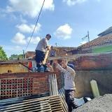 Satbrimob Polda Jatim Sasar Rumah Warga yang Terdampak Angin Kencang di Malang