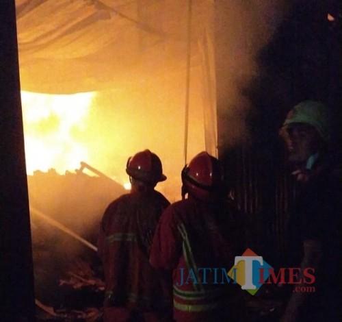 Petugas pemadam kebakaran saat berupaya memadamkan api. (Foto: PPBK Kabupaten Malang for MalangTIMES)