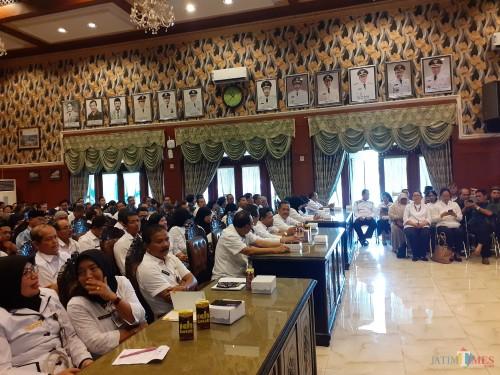 Suasana pengumpulan kepala sekolah SMP di Kota Malang saat memenuhi undangan wali kota perihal dugaan bullying siswa SMP. (Arifina Cahyanti Firdausi/MalangTIMES)